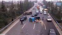 实在想不通同一个方向怎么能撞成这样车祸现场两辆货车翻到苹果倒了一地