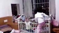 姐姐(吴美莹)和弟弟(吴沛东)玩耍  -   www.hao377.com