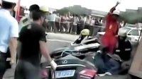 南京:30吨砂石埋住小车司机 晚报10点半 20100803