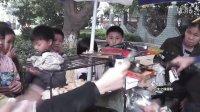 【拍客】大爷肉松火腿肠自制鱼形小吃热卖小朋友亲睐