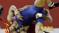 赛场感人一幕:中国运动员抱受伤对手下场