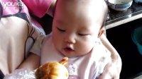 五个月自己吃肠仔包的宝宝