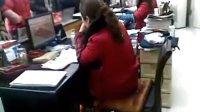视频: 湖北省松滋市民政局婚姻登记处工作人员2011年正月初八上班时间不顾上百人等候办证上网偷菜浏览网页