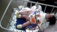 出生三天的小男孩尿尿颠峰场景