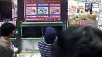 2010東京電玩展-這間店正在辦抽獎活動,好多人都槓龜...