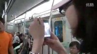 北京地铁4号线惊现李小龙 遇黑丝美女嗲声示爱