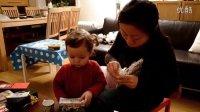 2011.12.3 18个月23天 Kaja和妈妈一起拆爷爷奶奶寄来的圣诞礼物