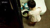 18个月小孩搞笑的扔垃圾视频