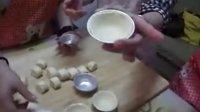 印尼留学生在广州甜蜜蜜DIY手工坊学习制作蛋挞