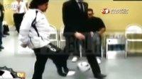 马拉多纳秀脚法,在行人两腿之间传球