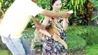 实拍泰国美女抱着老虎崽喂奶
