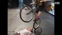 【伯爵独家】太屌了!牛人神乎其技的自行车特技