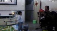 VID_20131112虾仔爷孙玩球,玩假摔搞笑童趣