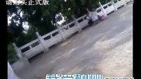 """柳州江滨公园马路上妇女招惹老人现场""""按摩"""""""