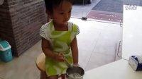 20130702沁沁亲手整妈妈生日蛋糕二