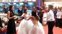 怀孕小三穿婚纱闹婚礼,与新娘互殴抢新郎