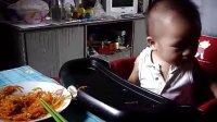 1岁1个月宝宝吃美味的胡萝卜