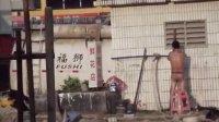 """实拍广州车陂地铁站附近""""裸浴男"""""""