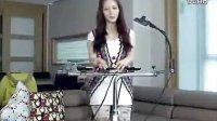 """美女用手机伴奏演唱LadyGaga扑克脸"""" cn8.cc电影吧"""