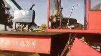 玉米秸秆放铺的收割机