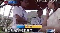 南京4名城管执法时被摊贩开面包车撞飞
