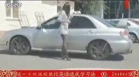 『尴尬的短裙妹纸』搞笑视频   美女当街照镜的尴尬[www.hehao123.com]