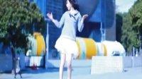 白色短裙美女-大厦前热舞