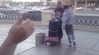 上过美国舞魅天下的黑人选手在拉斯维加斯街头卖艺,恐怖!