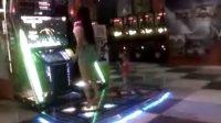 游戏厅里美女跳舞