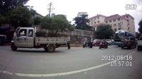 停在这长达两年左右、无牌报废的双排座货车终于被交警拖走了!
