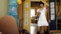 白色超短裙美女在家热舞