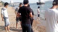 某二货和女生打排球,后被众人扔到海里