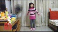 小美女-乖乖表演跳舞-幸福的脸