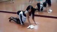 最浪女僕裝扮的辣妹在舞蹈室的艷舞排演