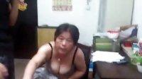 西安中年妇女裸体大闹商场