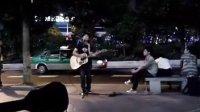 维多利广场唱情歌的小男生