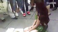 美女扮女娲娘娘街头征婚 全身赤裸树叶裹身.