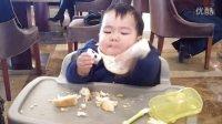 小宝在自助餐厅吃面包