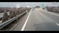 2212065595实拍蒙山货车爆胎惊险瞬间 后面车辆被砸坏