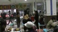 [拍客]校园食堂惊现木乃伊打饭吓坏同学