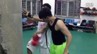 篮球体能训练,身体前倾,篮球撑墙壁,提膝盖 核心稳定对抗