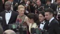 男子在戛纳红地毯现场对Ferrera的不轨行为.......