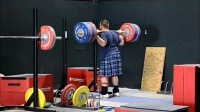 穿苏格兰裙的举重运动员训练