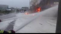 【拍客】加油站油罐车着火2人受伤 消防及时扑灭