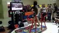 美女跳舞机上玩曳步舞 鬼步舞高手视频