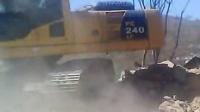 安徽博一改装小松240-8挖掘机液压泵视频