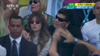 2014巴西世界杯每日进球小组赛 [花絮]马拉多纳携女儿观战 眼戴墨镜表情酷拽 140622
