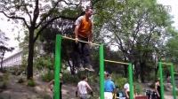 东单公园健身达人交流记4:各种单杠双力臂姿式展示