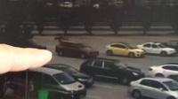 监控实拍小偷在高速服务区利用干扰器盗窃