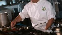 高清视频素材 - 西餐厨师在煎锅中加入酒类后燃烧起来
